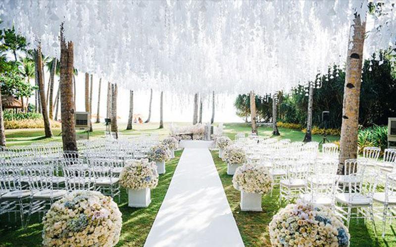 wonderful flower décor in winter wedding