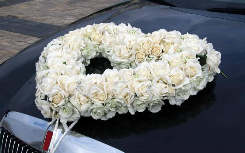Heart-shaped Floral Wreath Decoration ideas for wedding car