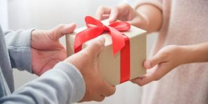 10 Best Wedding Anniversary Gifts Ideas for Wife [2021]