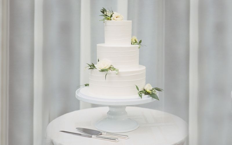 Decorate Your Wedding Cake with Natural Blooms
