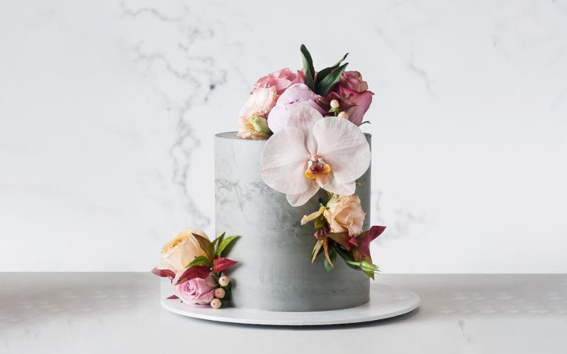 Incorporate Artificial Flowers To Your Wedding Cake