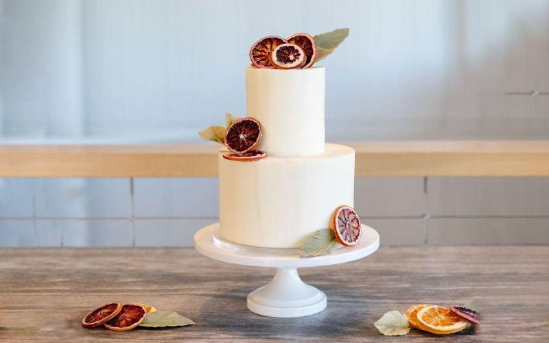 Make Your Wedding Cake A Bit Jazzy With Flowers & Seasonal Fruit